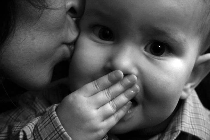 la mère et l'enfant, un baiser, une main, photo dominique houcmant, goldo graphisme