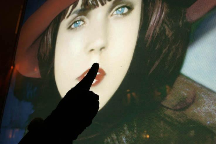 main qui fait silence sur la bouche, affiche publicitaire, paris, photo dominique houcmant, goldo graphisme