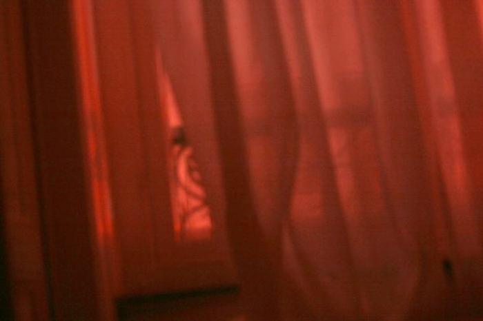 fenetre rouge, rideaux nuit, photo dominique houcmant, goldo graphisme