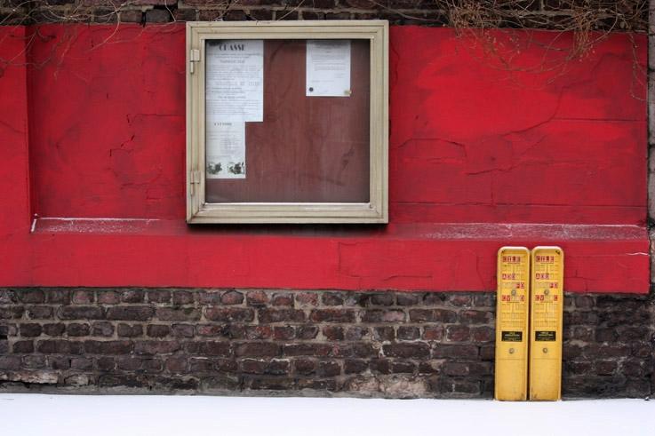 mur rouge, panneau d'affichage, ougrée, photo dominique houcmant, goldo graphisme