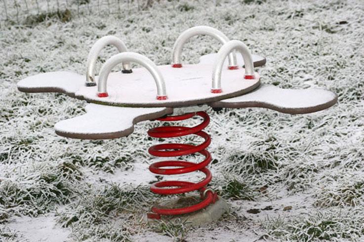 photo jeu d'enfant sous la neige, carousel manège,, photo dominique houcmant, goldo graphisme