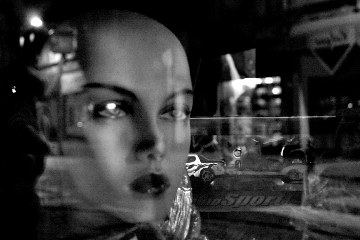 femme à la vitrine, woman window, mannequin, photo dominique houcmant, goldo graphisme