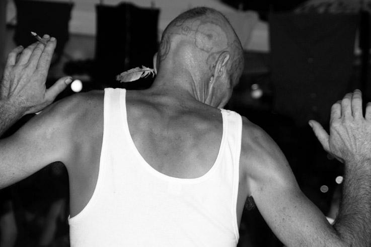 dos d'homme en marcel avec le crane tatoué au henné et une plume dans l'oreille, MAD café, creahm, bal aux lampions, photo dominique houcmant, goldo graphisme