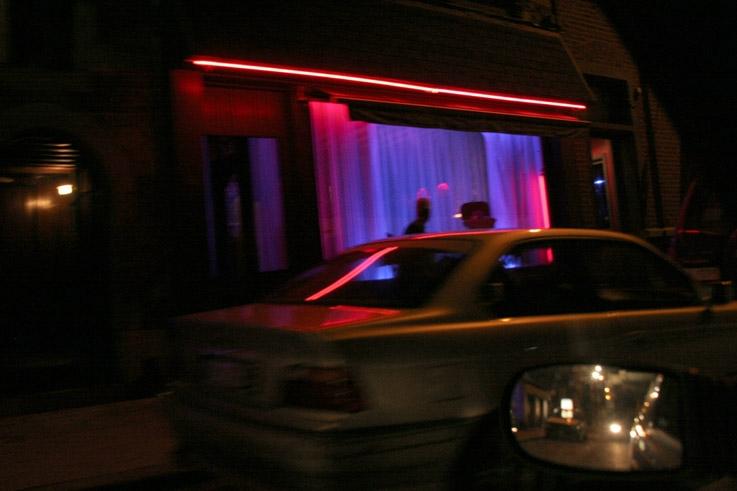Liège, rue Varin, une vitrine de bordel la nuit, a brothel window at night, un escaparate de burdel a la noche, ein Bordellfenster nachts, photo dominique houcmant, goldo graphisme