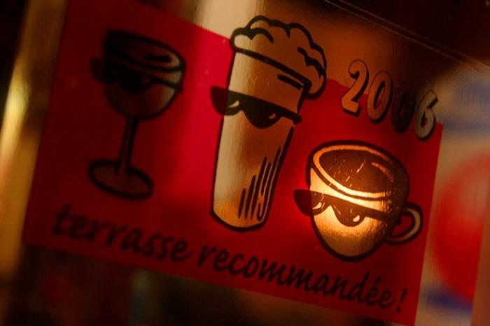 autocollant ville de liège : label Terrasse recommandée, café le tgv rue des guillemins, photo dominique houcmant, goldo graphisme