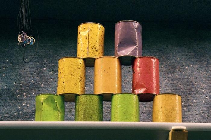 jeu de massacre de boîtes de conserve de couleur, photo dominique houcmant, goldo graphisme