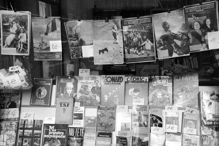 la vitrine d'un bouquiniste à liège, vieux livres, vieilles revues et bandes dessinées, secondhand bookseller, photo, goldo graphisme