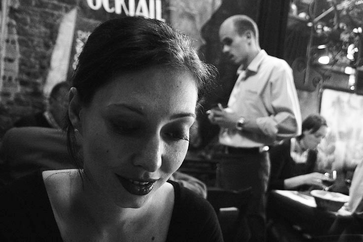 photo d'une femme à une table de restaurant, woman in a restaurant, photo dominique houcmant, goldo graphisme