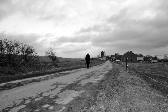 photo sur la route d'Hermanne, Hamoir, un homme seul marche, photo dominique houcmant, goldo