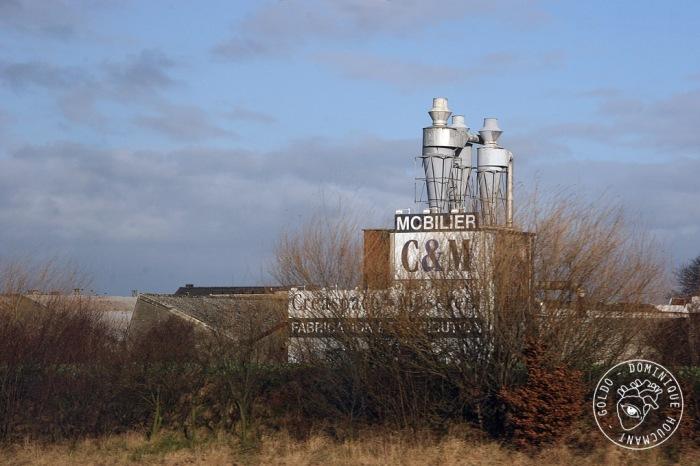 cheminées industrielles paysage le long de l'autoroute E40 au niveau de Ans, photo goldo