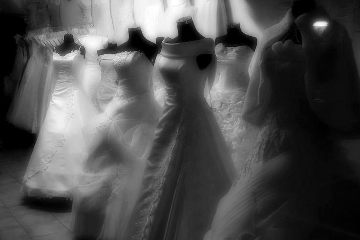 robes de mariée dans une vitrine, photo dominique houcmant, goldo graphisme