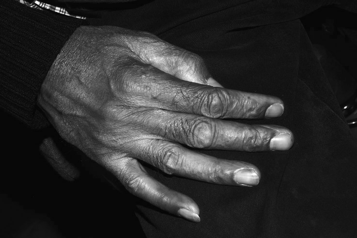 la main d'un vieil homme, photo dominique houcmant, goldo graphisme