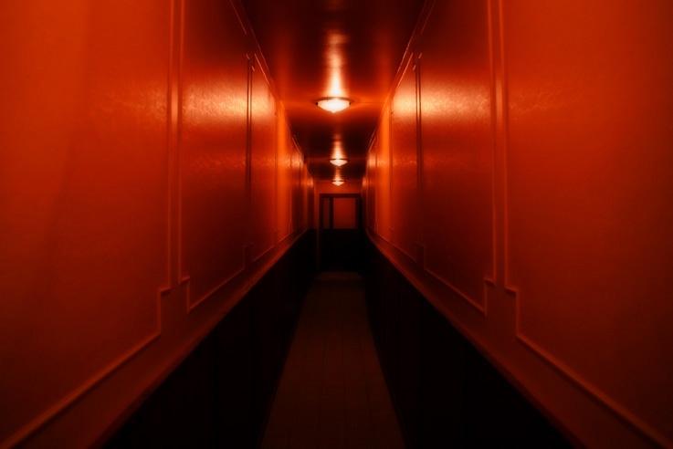 couloir long et sombre, hotel, photo de Liège, © photo dominique houcmant