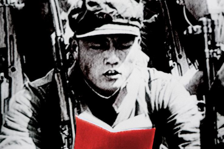 petit livre rouge, Mao Tse Tung, Zedong, soldat de la Garde Rouge, révolution culturelle, chine, chinois, TV shot