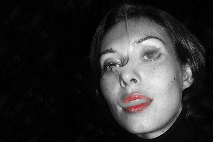 femme avec de la fumée de cigarette dans les yeux sortant de ses lèvres rouges, photo dominique houcmant