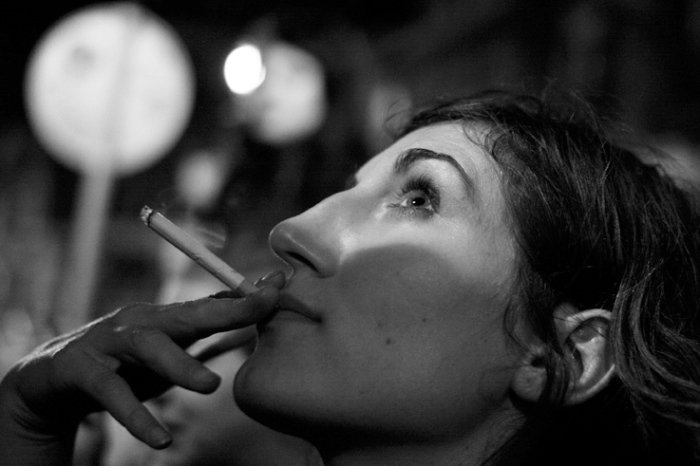 portrait d'un femme fumant une cigarette dans la nuit, smoking woman, © photo dominique houcmant
