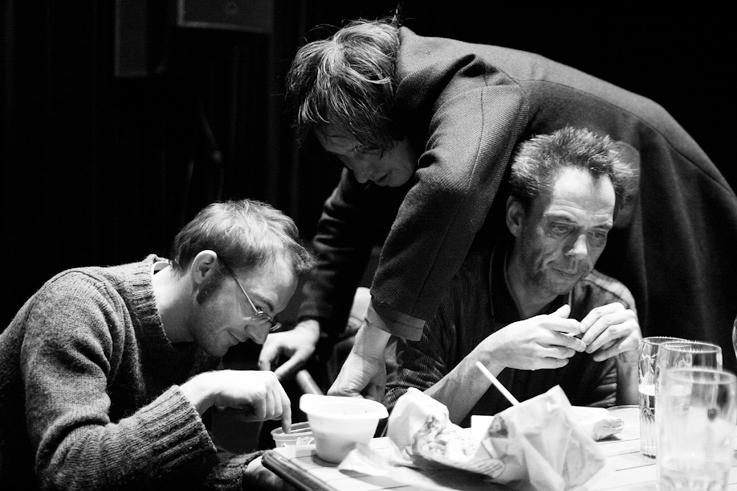 trois hommes trifouillent dans une boîte, photo dominique houcmant, goldo graphisme