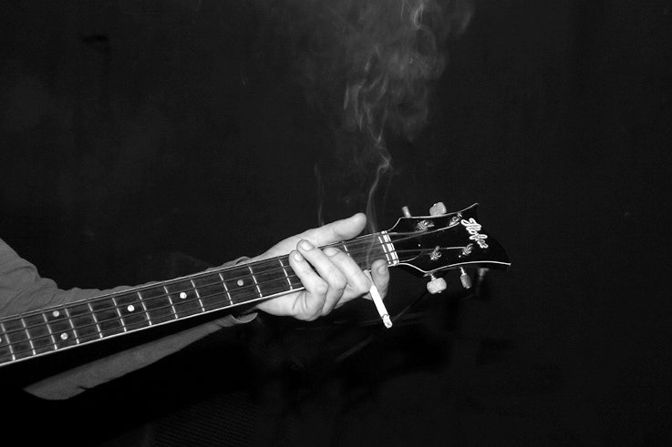 main, cigarette, guitare basse, hofner, Hofner ignition, bass guitar, hand, photo dominique houcmant, goldo graphisme