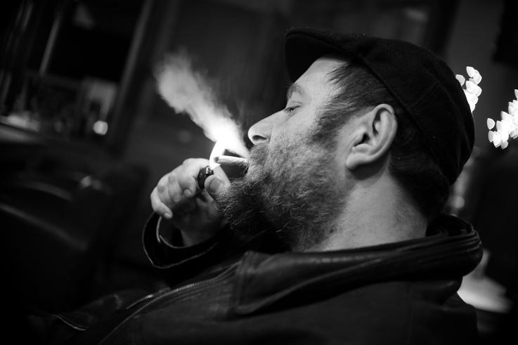 portrait homme barbu allumant sa clope, Bearded man lighting his cigarette, © photo dominique houcmant