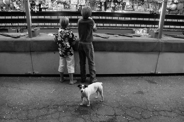 tir forain, enfants, chien, shooting gallery, childs, dogs, © photo dominique houcmant
