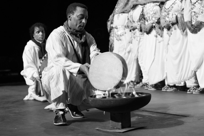 bendir ou allun chauffé à la flamme du feu, tambourin berbère, chleuh, Tafraout, maroc, danse et chant, Ahwach, Morroco,