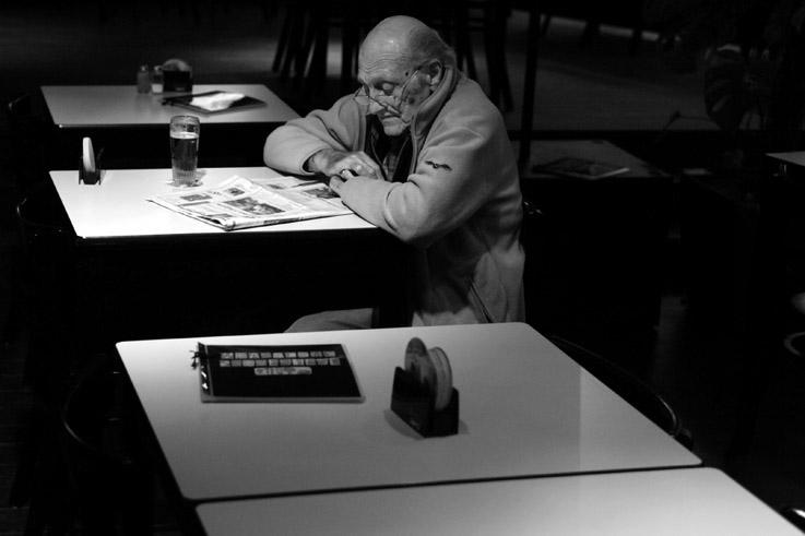 un homme lisant son journal dans un café, a man reads newspaper in a bar, brasserie Sauvenière, Liège, © photo dominique houcmant