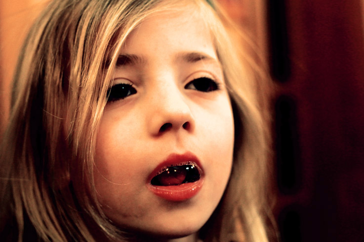un enfant fait des bulles avec sa bouche, child blowing bubbles with her mouth, © photo dominique houcmant