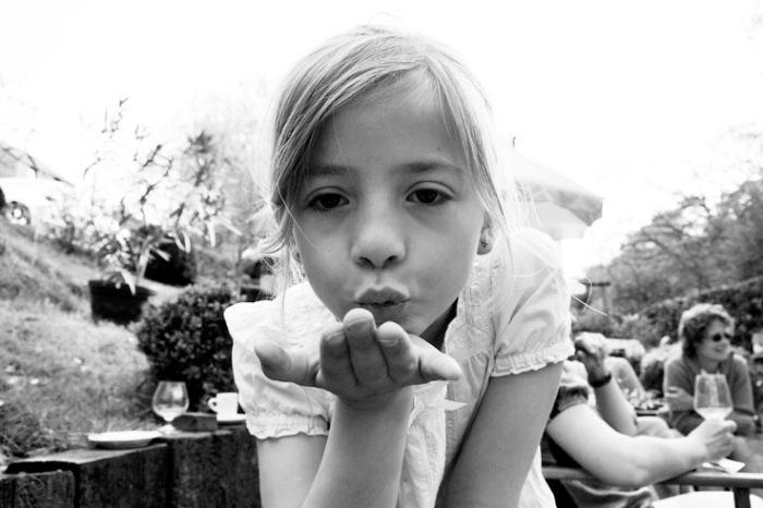 baiser volant, enfant, fillette, flying kiss, child girl, © photo dominique houcmant