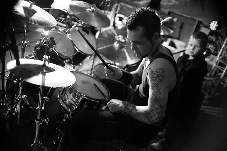photo, concert, rock and roll, drummer, batteur, tatouage, tattoo, photo dominique houcmant, goldo graphisme