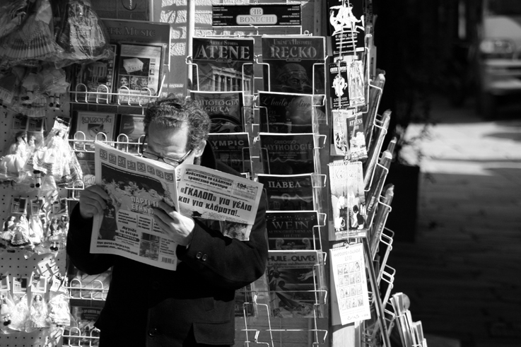 homme lisant le journal dans la rue, Athènes, Grèce, man reading newspaper in the street Athens, Greece, © photo dominique houcmant