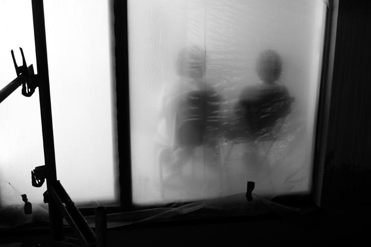 silhouette enfants assis sur une chaise derrière une porte vitrée, ombres, shadow, childs sitting in chair, photo dominique houcmant, goldo graphisme