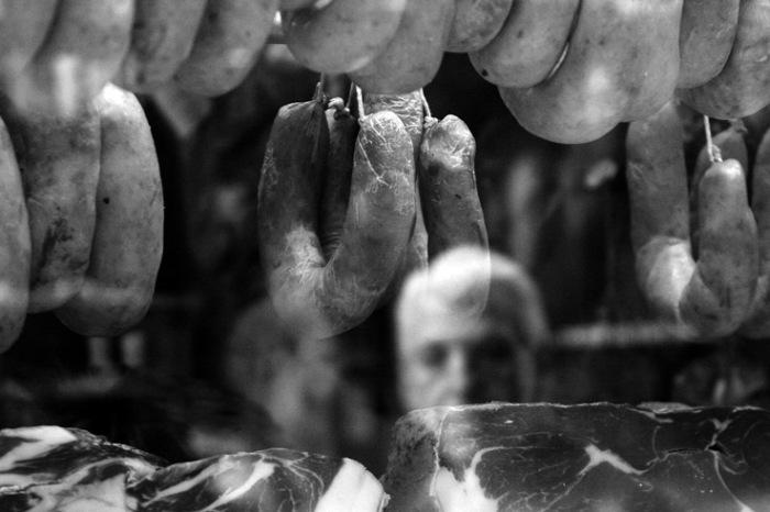 itrine de boucherie, saucisses, jambon, sausage, photo dominique houcmant, goldo graphisme
