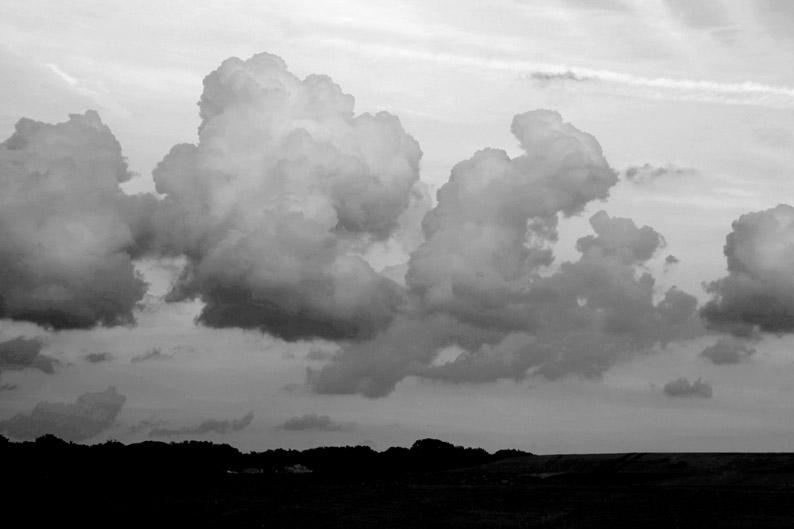 nuages sombres dans le ciel, dark clouds in the sky, photo dominique houcmant, goldo graphisme