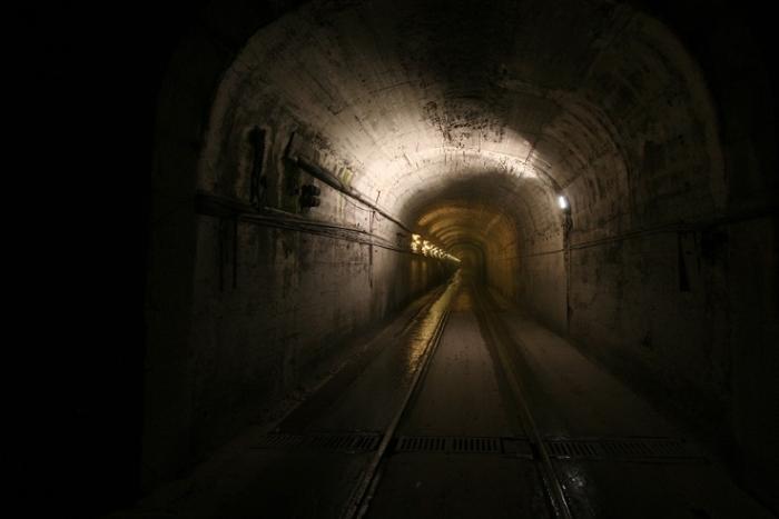tunnel étroit, lumières electriques, narrow tunnel, photo dominique houcmant, goldo graphisme