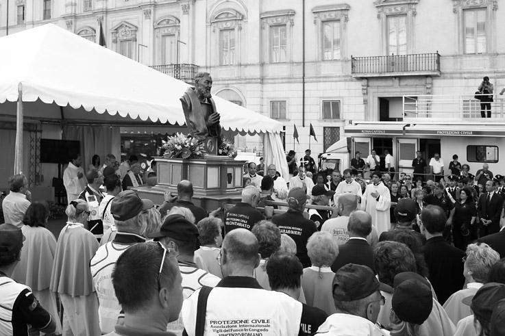 padre Pio, Benedizione dei mezzi della Protezione Civile, piazza navona, roma, rome, photo dominique houcmant, goldo graphisme