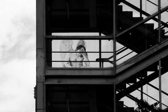 une ange dans l'escalier, angel on staircase, athènes, grèce, athens, greece, gazi, photo dominique houcmant, goldo graphisme