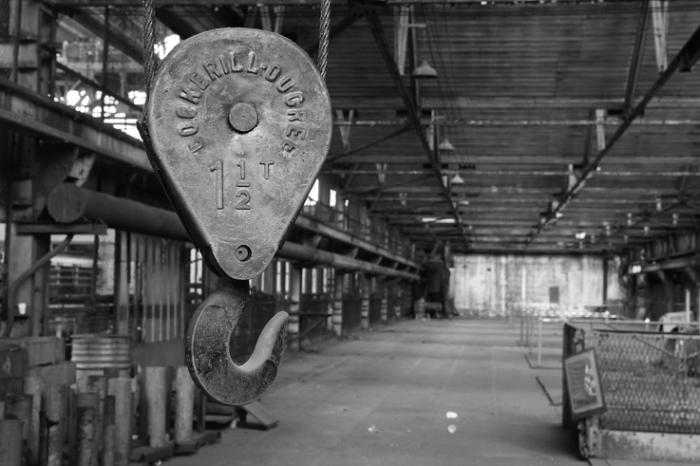 crochet de pont roulant marqué Cockerill-Ougrée, ancien atelier de mécanique de précision, cockerill, CMP, seraing, photo dominique houcmant, goldo graphisme