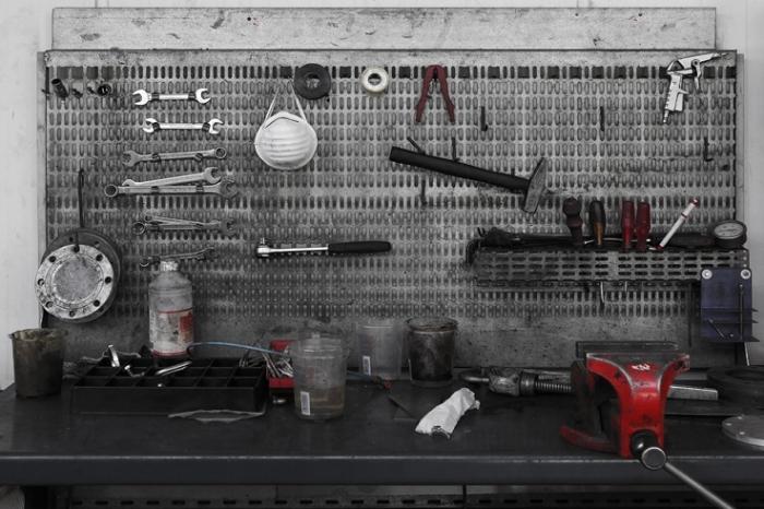 établi, table de travail, outils, garage, workbench, car repair shop, photo dominique houcmant, goldo graphisme