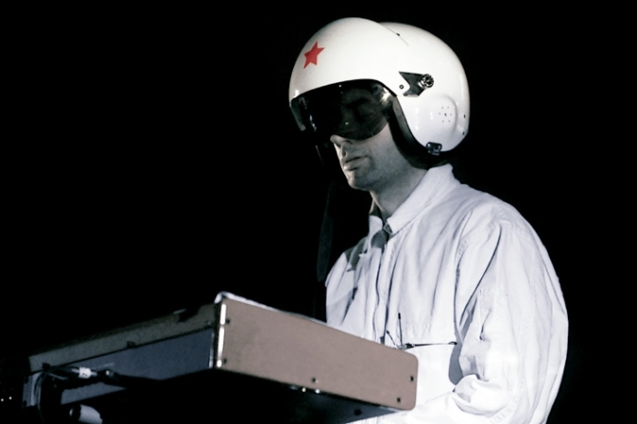Cascadeur, Alexandre Longo, concert, live, portrait, casque, helmet, ardentes club, Liège, music, © photo dominique houcmant