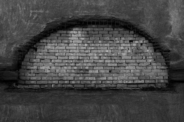 fenêtre aveugle en arcade obturée par des briques, blind window in arch filled in with bricks, photo dominique houcmant, goldo graphisme