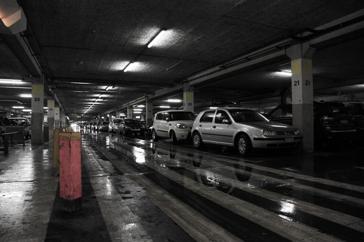 parking couvert un jour de pluie belle-île en liège, covered parking,  rainy day, shopping mall,  photo dominique houcmant, goldo graphisme