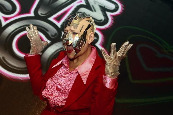 soirée love disco 2011, dancer, halles des foires de coronmeuse, Liège, homme à facettes, visage recouvert de miroirs, © photo dominique houcmant