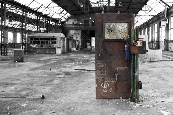 porte vers nulle part, door to nowhere, ancienne gare de voroux-goreux, urbex, photo dominique houcmant, goldo graphisme
