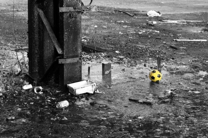 ballon jaune en plastique, pluie, yellow plastic ball, rain, photo dominique houcmant, goldo graphisme