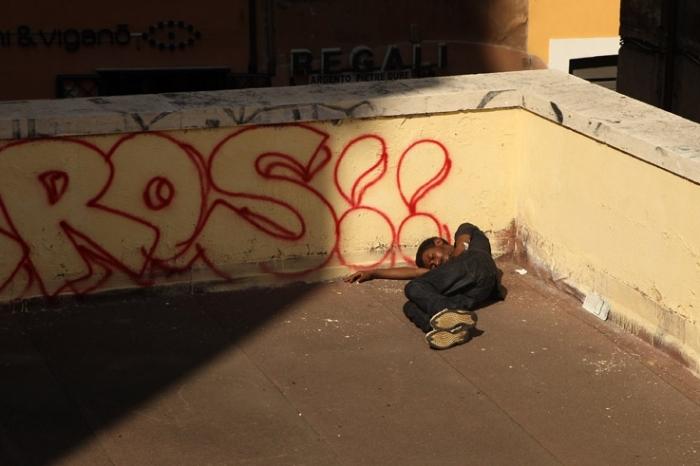 sans abri, sdf dormant dans la rue, homeless, senzatetto, Roma, Rome, Italie, photo dominique houcmant, goldo graphisme