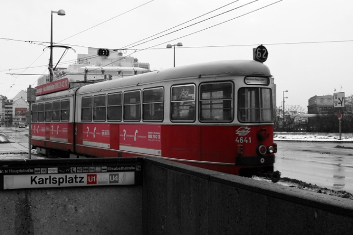 rote Straßenbahn in Wien Karlsplatz, tram rouge Vienne Autriche, Red streetcar, Vienna, photo dominique houcmant, goldo graphisme