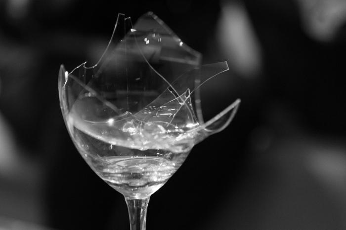 verre cassé, brisé, broken wine glass, photo dominique houcmant, goldo graphisme