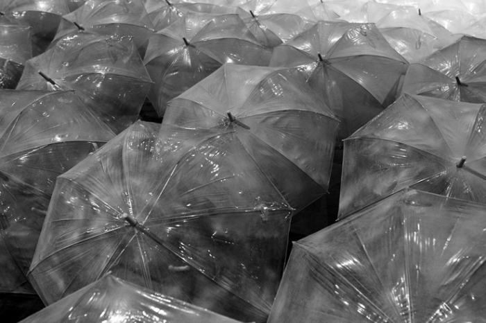 parapluies en plastique transparent, clear plastic umbrellas,  © photo dominique houcmant