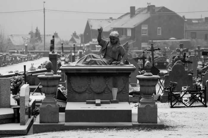 monument funéraire, cimetière des communaux, rue de l'étang Ougrée, photo dominique houcmant, goldo graphisme