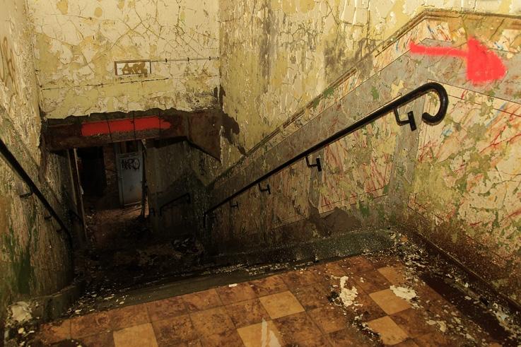 escaliers, flèche, ancienne gare de voroux-goreux, stairs, stairway, staircase, arrow, urbex, photo dominique houcmant, goldo graphisme